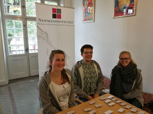 Miriam Schmelz, Marius Retka und Magdalena Kollbeck bei der Registrierung der Konferenz-Teilnehmer