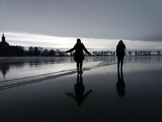 Volontäre auf dem zugefrorenen See in Vadstena
