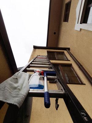 Osterputz in luftigen Höhen- die Kapellenfenster müssen auch von außen sauber sein!