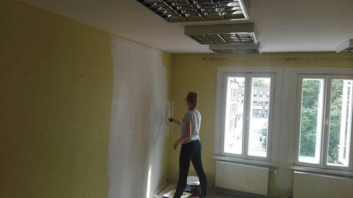 Malerarbeiten gehören zu den Aufgaben der Praktikantinnen in Lettland