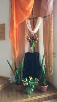 Zu Ostern wurden zusätzliche Altäre in der Kapelle aufgebaut und geschmückt.