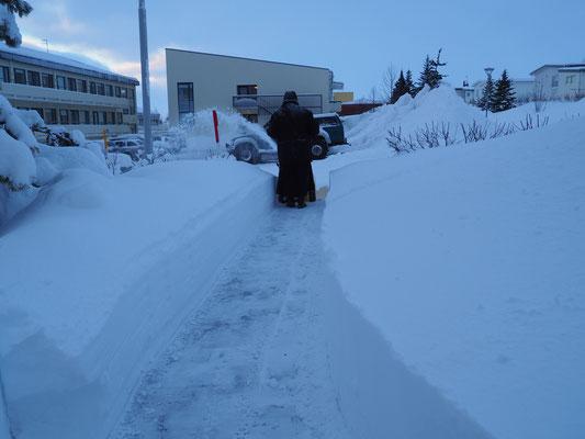 Schwester Selestina beim Schneeräumen