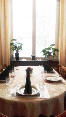 Vorbereitungen für das Essen im Speisesaal im Gästeheim