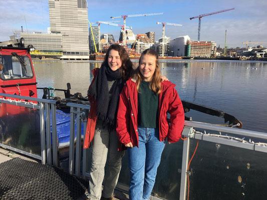 Lenja und ich im Hafenteil der Stadt