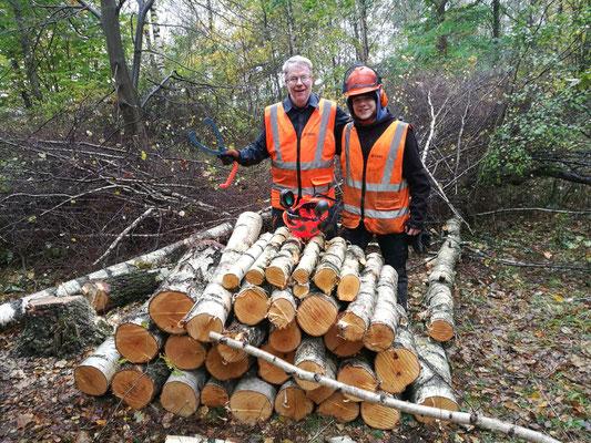Marius Retka und P.Fredrik Heiding bei der Waldarbeit in Rögle