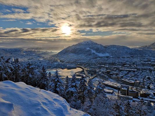 Besondere Aussicht auf die Stadt bei klarer Winterluft, Sonnenschein und jeder Menge Schnee