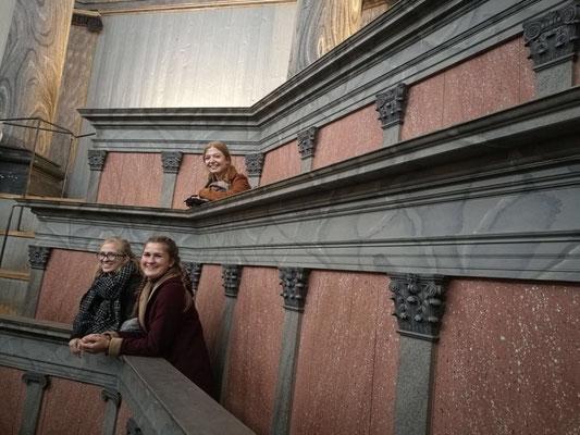 Magdalena Kollbeck, Miriam Schmelz und Pia Wittek im Gustavianum in Uppsala