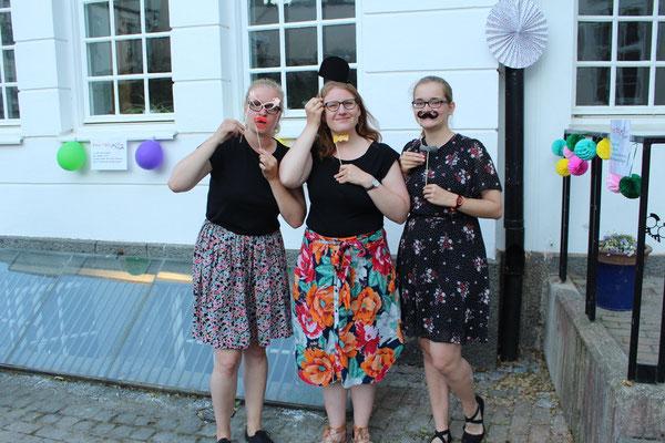 Stephanie Jarvers, Anna Nick und Maria Korten beim Sommerfest des Newman-Institutes
