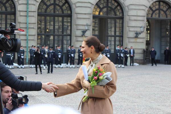 Kronprinzessin Victoria schüttelt Hände