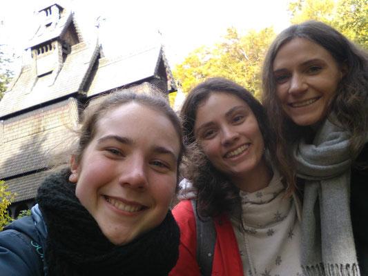 In Bergen an einer STabkirche mit Irsis (mitte) und Paulina (rechts)