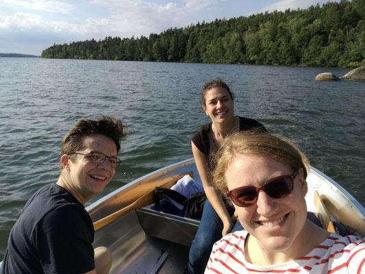 Der erste Tag in Schweden: Marius Retka, Matea Renic und Anna Nick bei einem Bootsausflug in Marieudd