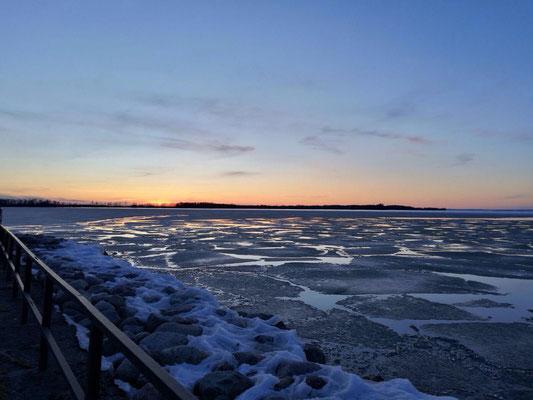 Sonnenuntergang am zugefrorenen Vätternsee in Vadstena