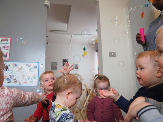 Seifenblasen in der Kinderkrippe