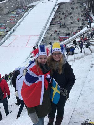 Tabea Gerd-Witte und Maria Korten vor der Skisprungschanze am Holmenkollen