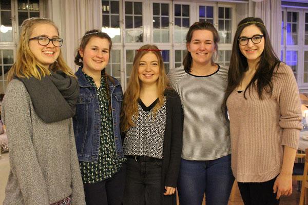 Magdalena Kollbeck, Miriam Schmelz, Pia Wittek und die Studentinnen Natascha Simons und Barbara Nick bei der Weihnachtsfeier im Newman-Institut
