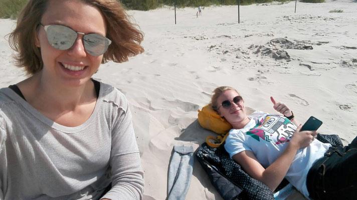 Greta Hartmann und Josephine Metasch genießen die Sonne am Strand von Liepaja