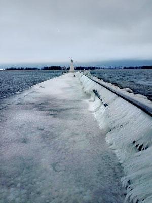 Im Winter ist der Weg zum Leuchtturm eine Eisfläche