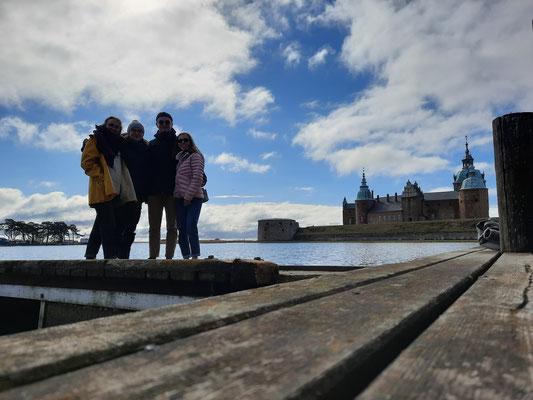 v.l.: Sonja, Clarita, Konrad und Hannah vor dem Schloss in Kalmar