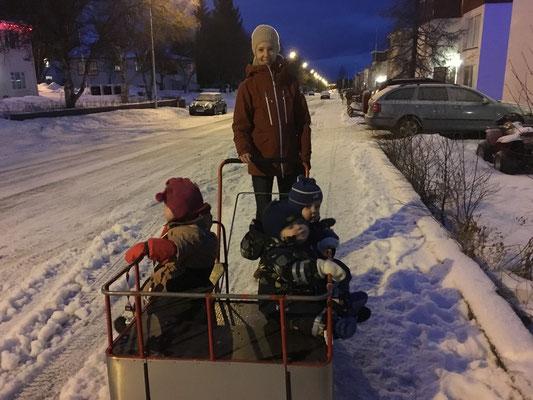 10 Uhr morgens: Spazierfahrt mit den Kindern in Akureyri