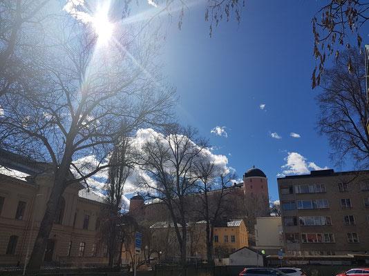 Die Sonne strahlt über dem Schloss in Uppsala