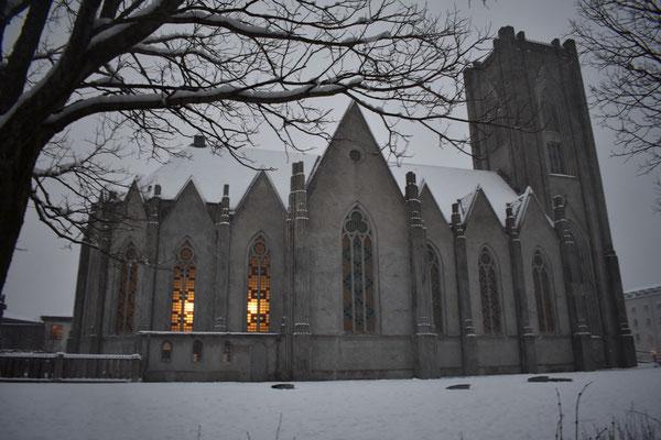 Der katholische Dom in Reykjavik im Winterkleid