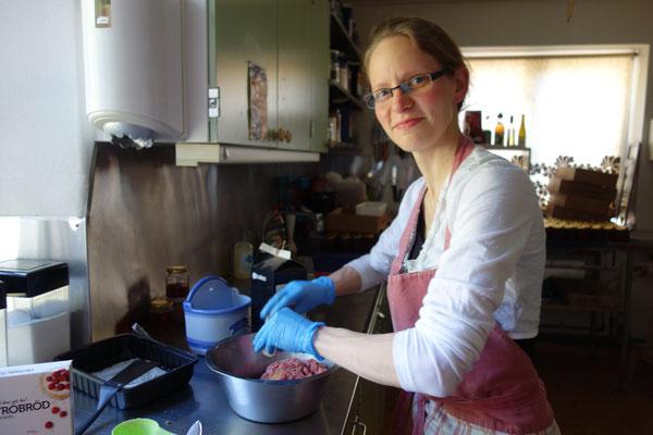 Daniela beim Kochen in der Küche des Gästeheims