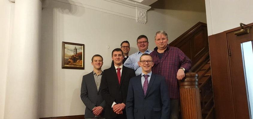 Die Hausgemeinschaft im Kloster: Die drei Praktikanten mit Dom Lukas, Dom Gregor und Dom Alois
