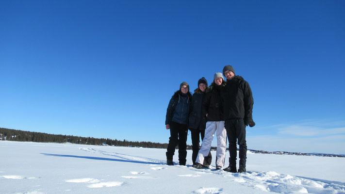 Praktikant*innen in Kiruna auf einem Zugefrorenen See