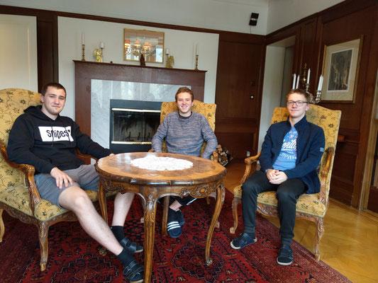Gemeinsam im Wohnzimmer - (v.l.) Philipp, Lasse, Thomas