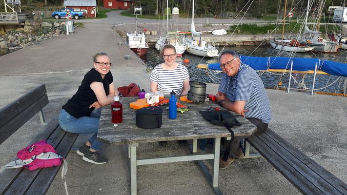 Pause beim Ausflug am Ängskär: Stephanie Jarvers, Anna Nick und P.Philip Geister