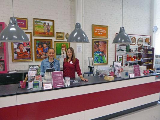Carolin und Sarah an der Kasse des Erikshjälpen Secondhand Shop.