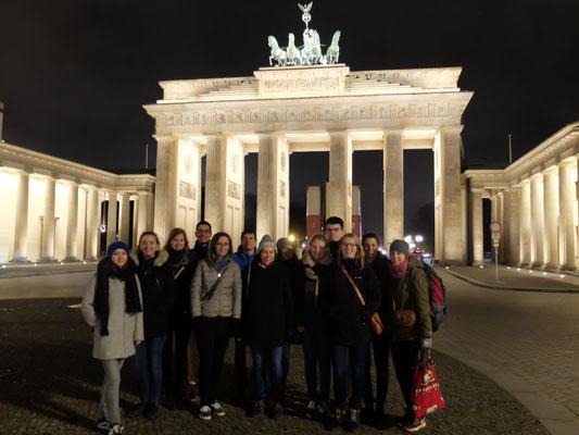 Teilnehmer des Ehemaligentreffens vor dem Brandenburger Tor