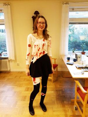 Lara an Halloween in passender Kleidung