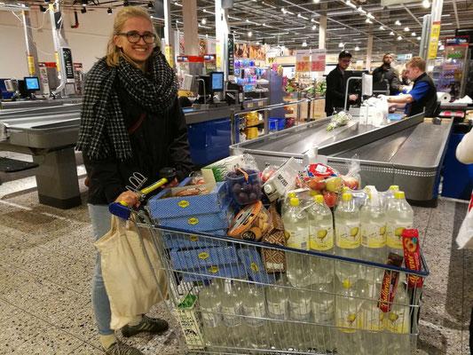 Magdalena Kollbeck beim Einkauf für die Konferenz am Newman-Institut