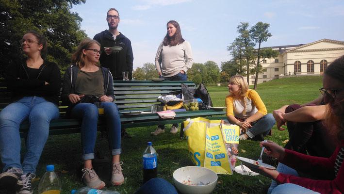Praktikant*innen beim Picknick bei Drottningholm am Anfangswochenende