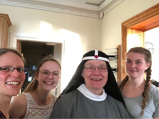 Daniela, Irina, Schwester Monika und Corona