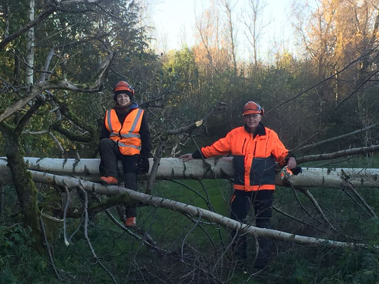 Marius Retka und P.Philip Geister bei der Waldarbeit in Rögle