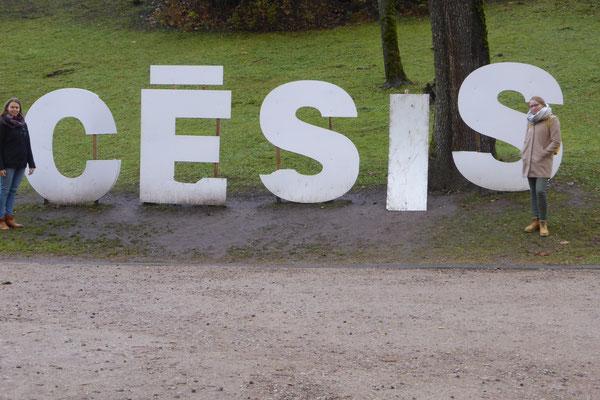 Greta Hartmann und Josephine Metasch bei einem Ausflug in Cesis