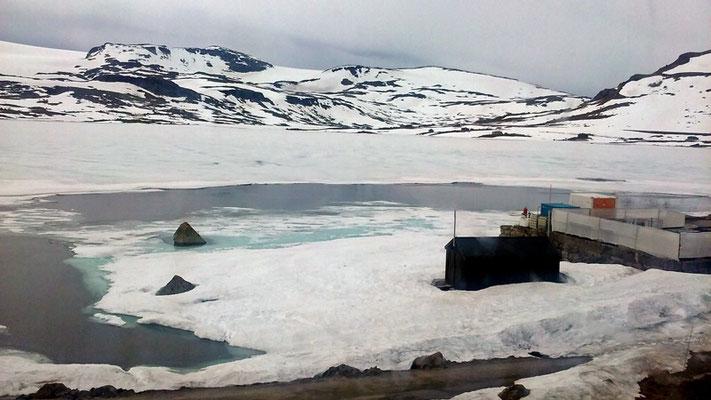 Auch Ende Juni gibt es im Gebirge noch zugefrorene Seen und viel Schnee.