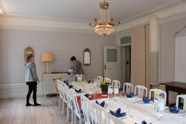 """Magdalena Kollbeck und Marius Retka bereiten den """"Finrum"""" für ein Mittagessen vor"""