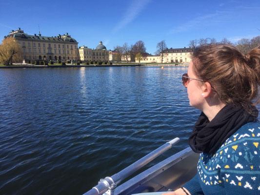 Raphaela Polk bei einer Bootsfahrt vor dem königlichen Schloss Drottningholm
