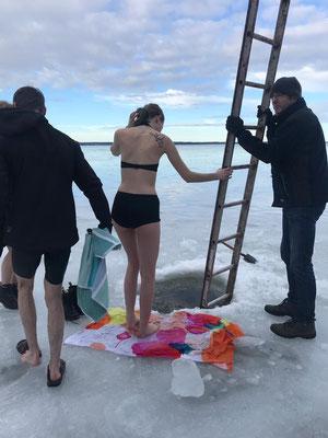 Lara beim Eisbaden zur Feier von Hannes Geburtstag vor Marieudd