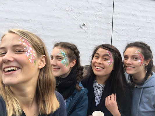Geschminkt nach dem Kulturfest v.l. Lenja, Ricarda, Jane, Iris