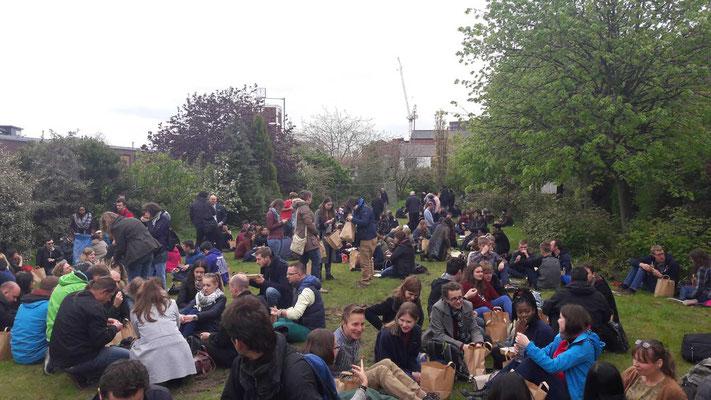 Teilnehmer beim Mittagessen in einem Garten