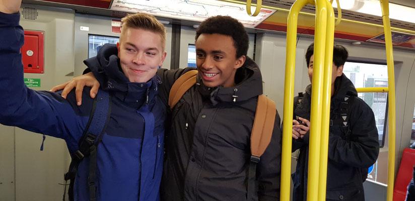 Hannes (links) unterwegs mit den Messdienern aus Bergen