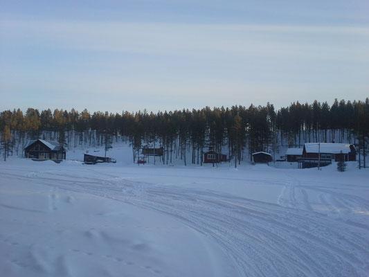 Der verschneite See in Kiruna mit unserer Unterkunft