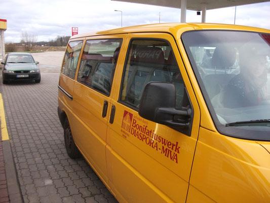 Einer der drei gelben BONI-Busse, der die Praktikantengruppe nach Riga brachte
