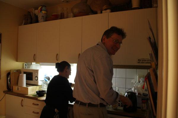 """""""Fika"""" zum Abschluss eines Arbeitstages mit Helene-Dominique Lindroth und Peter Eggertz"""