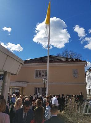 Nach dem Gottesdienst versammelt sich die Gemeinde vor der Kirche in Uppsala