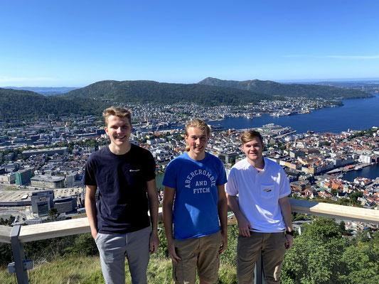 Paul gemeinsam mit Jonas und Tim (v.l.) auf Wander-Tour auf dem Berg Fløyen